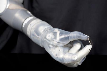 """إدارة أمريكية تصادق على استخدام ذراع """"حرب النجوم"""" الآلية لمبتوري الذراع"""